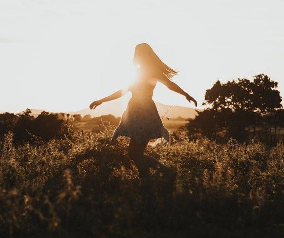 Femme qui danse dans la nature