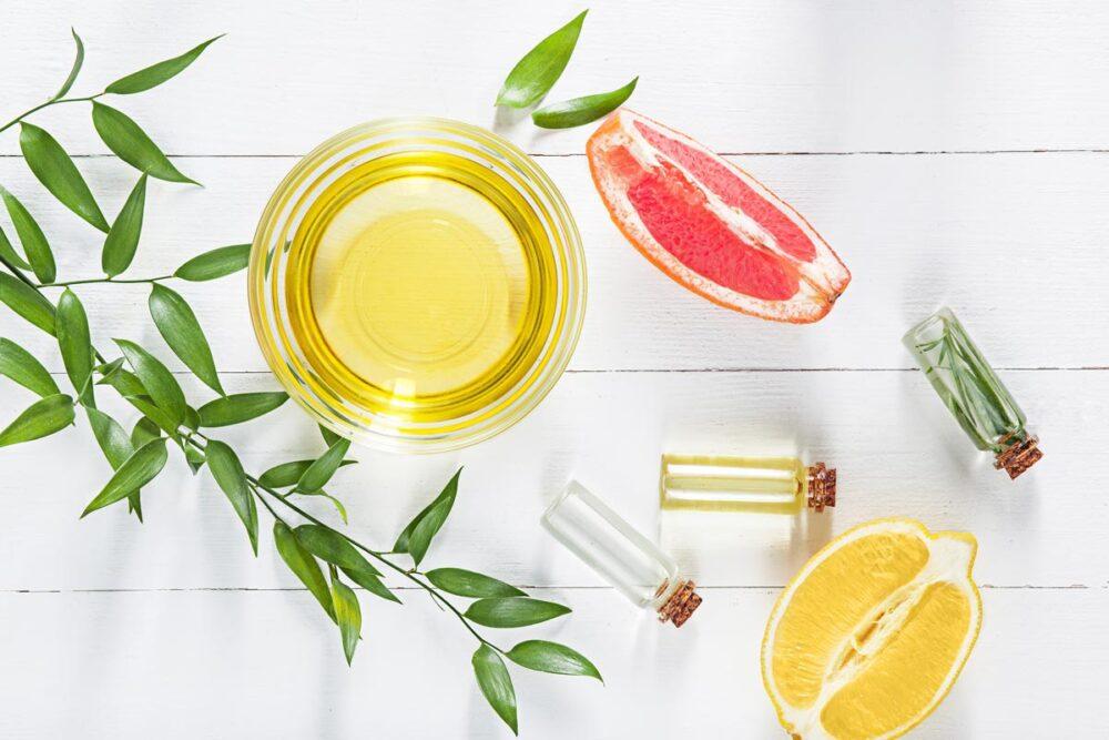 Citron et ingrédients naturels sur une table